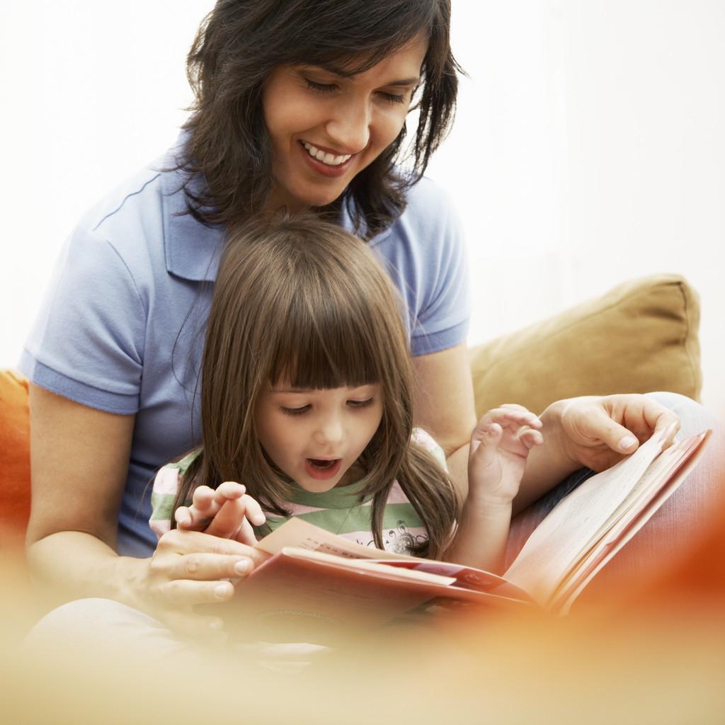 إقرأ قصة لطفل مع طفل صغير